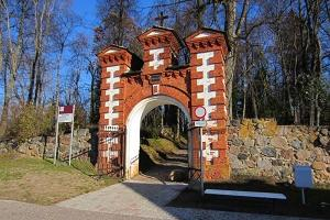 The main gate of Põlva cemetery