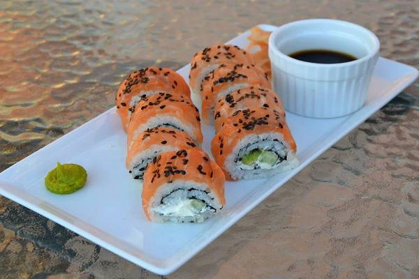 Salmon uramaki with cream cheese and black sesame seeds