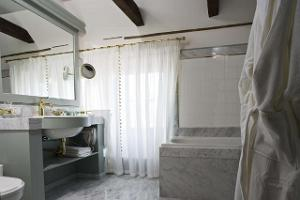 Hotel Antonius - bathroom