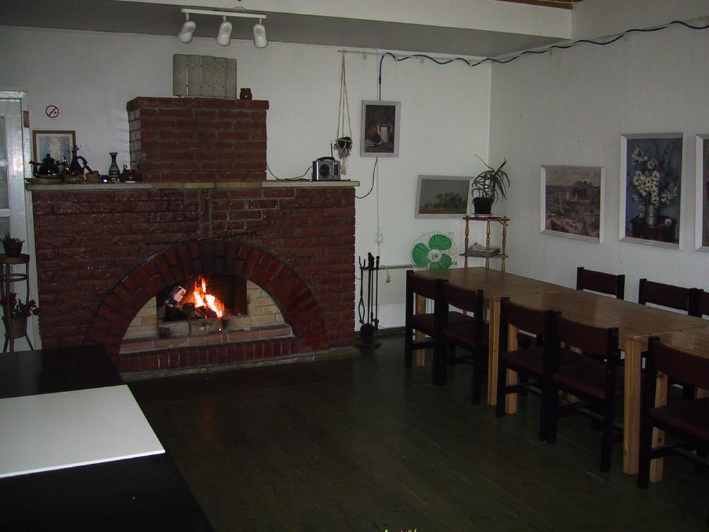 The hall with a fireplace in the Võerahansu Holiday House