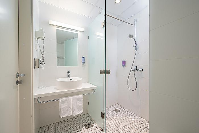 Meriton Grand Conference & Spa Hotel - standard room's bathroom/WC