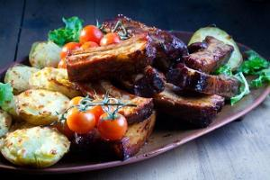 Hämsa smoked ribs with cheese curd potatoes