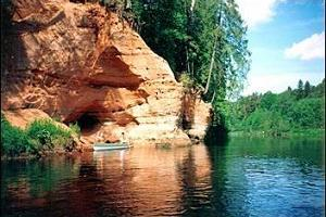 There are many large and small caves in the banks of the Salatsi river.