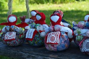 Workshop in a Russian farm for a doll filled with herbs (Travnitsa)
